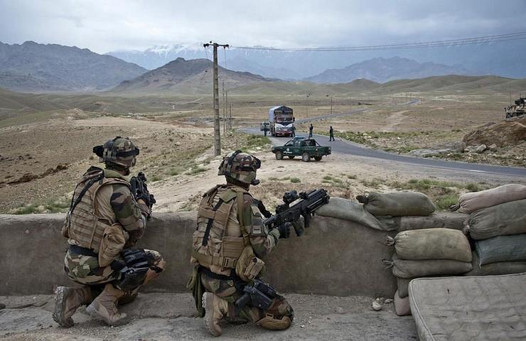 8 juin 2012, les gendarmes de la POMLT (police operational mentoring and liaison team) française de Nijrab ont accompagné les policiers afghans de l'ANCOP (Afghan National Civil Order Police) dans leur mission de contrôle routier en vallée de Showkhi, le long de l'axe Vermont. Crédit photo : EMA / Armée de Terre