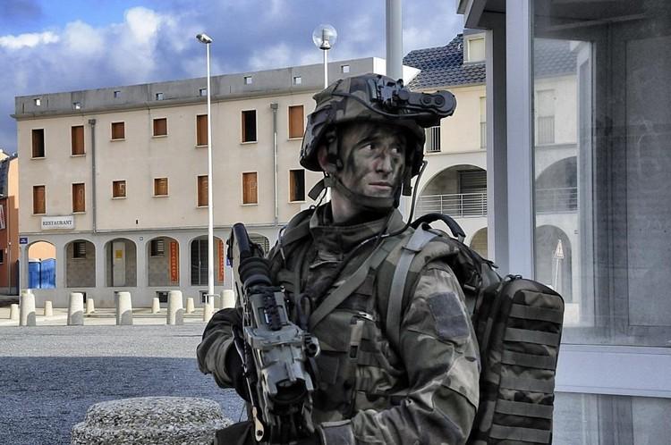 Soldat félinisé lors de la démonstration de combat urbain DECAZUB 2012. Crédit : Stéphane Gaudin