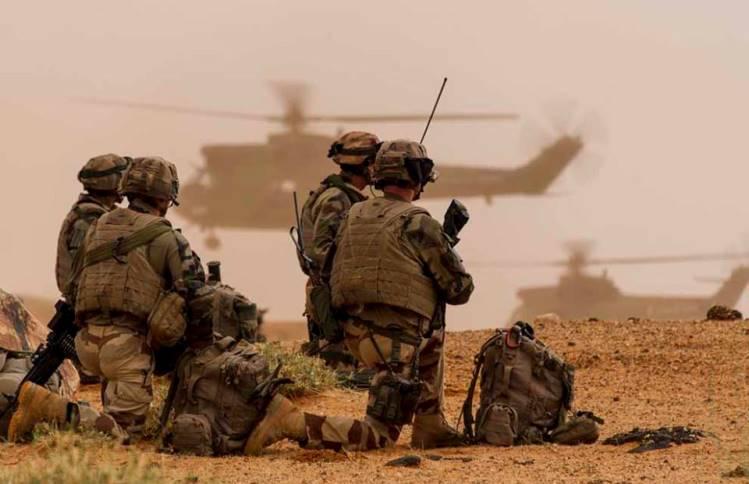 Au cours de l'opération Netero, conduite du 24 juin au 9 juillet 2013 dans la région Est de Gao, le groupement aéromobile (GAM) a été engagé pour mener une opération héliportée visant à boucler l'ensemble de la zone de fouille. Déployant plus de 600 militaires de la force Serval, cette opération avait pour objectif la reconnaissance et le contrôle d'une zone couvrant plus de 10 000 km² dans le but de détruire et désorganiser les réseaux terroristes. Crédit : EMA / armée de Terre