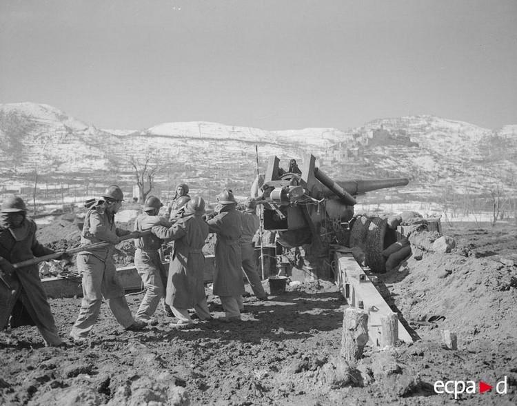 Février 1944 : Sur le front français d'Italie, nettoyage de la bouche à feu d'une pièce de 155 long ; ces pièces tirent surtout la nuit sur les convois ennemis. Le canon de 155 mm Gun M1 appartient à la 4e batterie du régiment d'artillerie coloniale du Levant placé en réserve générale du CEF, Acquafondata. Crédit photo : Jacques Belin / ECPAD