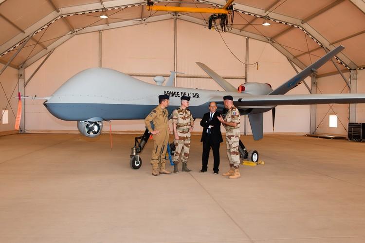 Le LCL Christophe FONTAINE explique au ministre de la Défense les capacités du Reaper. Crédit photo : Guillaume Rozier (armée de Terre / EMA)