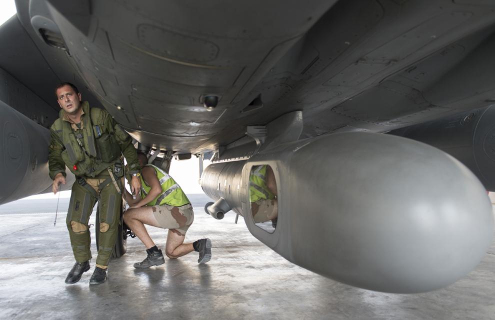 """Dans le cadre d'une action internationale contre """"l'état islamique"""", la France s'engage dans une coalition avec ses moyens prépositionnés dans le golfe persique. Les premières missions réalisées sont des missions de renseignement. Le commandant de l'escadron de chasse 3/30 Lorraine, accompagné d'un mécanicien de piste fait le """"tour avion"""" d'un Rafale équipé d'un pod de reconnaissance """"reco NG""""."""