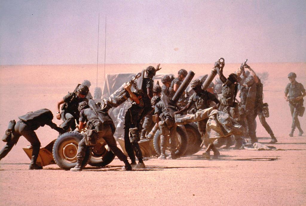 Mise en batterie de mortiers de 120 par les légionnaires du 2e REI dans le désert lors de l'opération Daguet (90-91).