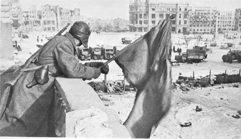 Février 1943: le drapeau soviétique flotte sur Stalingrad libérée mais… en ruines. Les combats acharnés de Kobané et l'état dans lequel ils ont laissé la ville ont incliné certains à faire le parallèle avec Stalingrad. Dans quel état seront les autres grandes villes tenues par l'EI après leur « libération » ? Et dans quelles dispositions seront les populations ?