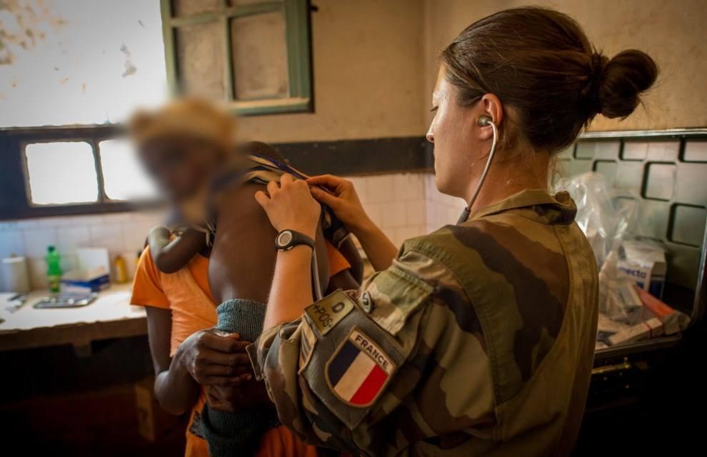 Le 19 mars 2015, dans le cadre de l'opération Sangaris, le poste médical (ROLE 1) déployé sur la plateforme opérationnelle de Bambari en République centrafricaine, a réalisé une aide médicale à la population au sein de l'hôpital de Bambari. Crédit : EMA / Armée de Terre.